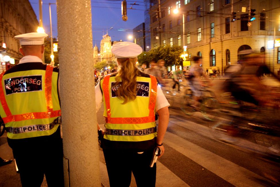 A felvonulóknak egyetlen évben gyűlt meg a baja a rendőrökkel. 2010-ben a rendőrök sorra büntették meg az embereket, mert nem volt macskaszem a küllőn, vagy átmentek a piroson. Lekapcsolták a Körúton a világítást, hogy látsszon, kinek nincs világítása. A szervezők úgy tudják, hogy egy óra alatt 800 ezer forint büntetést szedtek be.