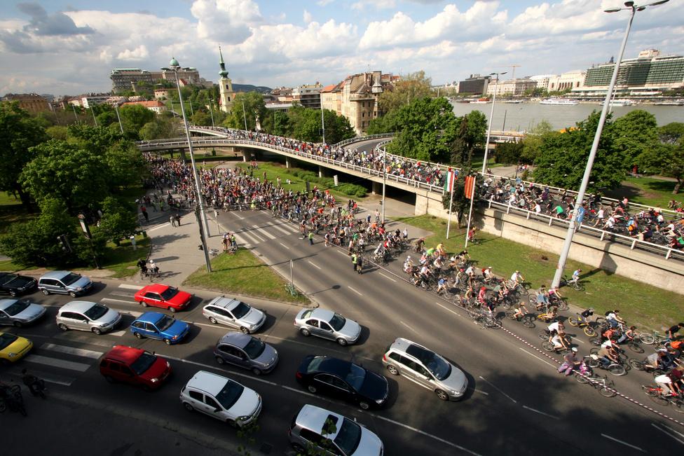 A CM-ek szervezői idővel belefogtak az érdekképviseleti munkába is, és harcot folytattak új bicikliutakért, kerékpárosbarát KRESZ-ért, biciklitárolókért. A Kerékpárosklubbal együtt végzett munkájuknak köszönhető Budapest számos fontos kerékpáros létesítménye.