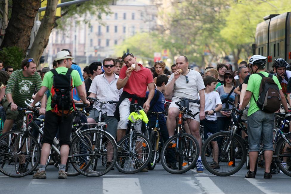 A rengeteg biciklis megbénította a várost. A szervezők bevezették, hogy a tömegközlekedés biztosítására időnként megállították a menetet.