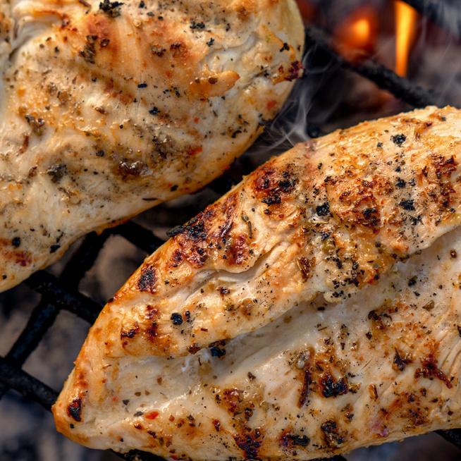 Szaftos, fűszeres kéregben grillezett csirkemell: a szárazpáctól lesz ízes a hús