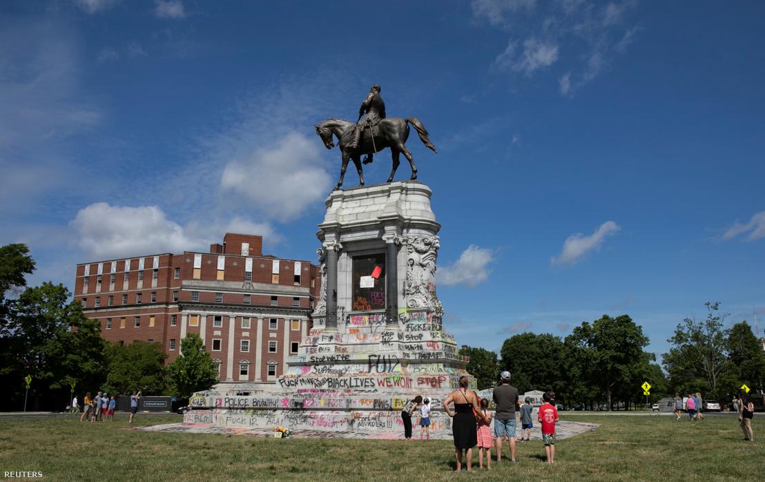 Robert E. Lee szobra Virginiában Black Lives Matter felirattal dekorálva 2020. június 5-én. A lovas szobor az impozáns Monument Avenue része volt, amelyet most felszámolnak