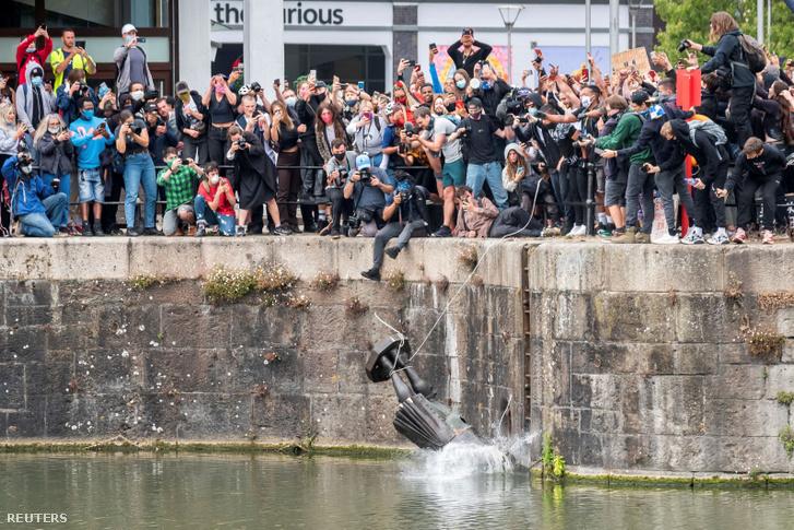 Edward Colston szobrát a tengerbe dobják Bristolban 2020. június 7-én