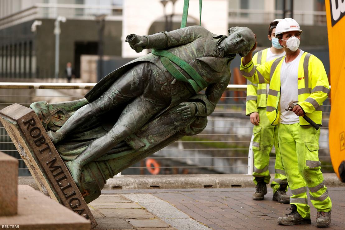 Robert Milligan szobrának eltávolítása Londonban 2020. június 9-én