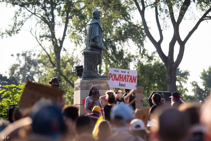 A richmondi Kolumbusz-szobor még a talapzatán 2020. június 9-én