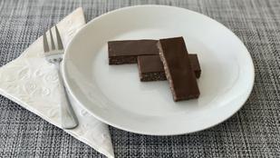 Étcsokimázzal borított rumos ízű kakaós szelet cukormentes, tojásmentes receptje