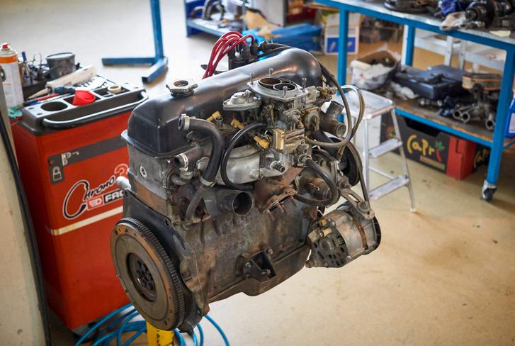 egy olyan motor, mint Richárd kocsijában, átalakítás elött vár sorára a Havassy szentélyben