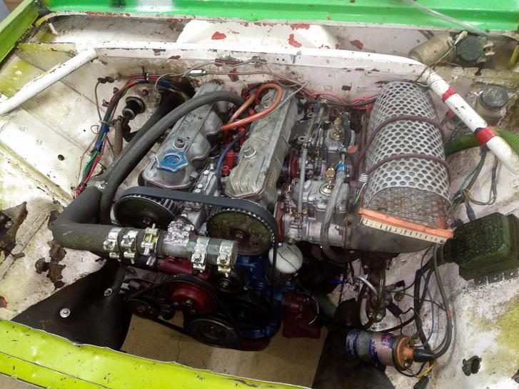 Azért van még ma is Lada Lampredi motorral: ezt a roncsderbire épült masinát Havassy Péter fotózta nekünk, orrában cirádás Lancia feliratokkal a két vezértengely felett