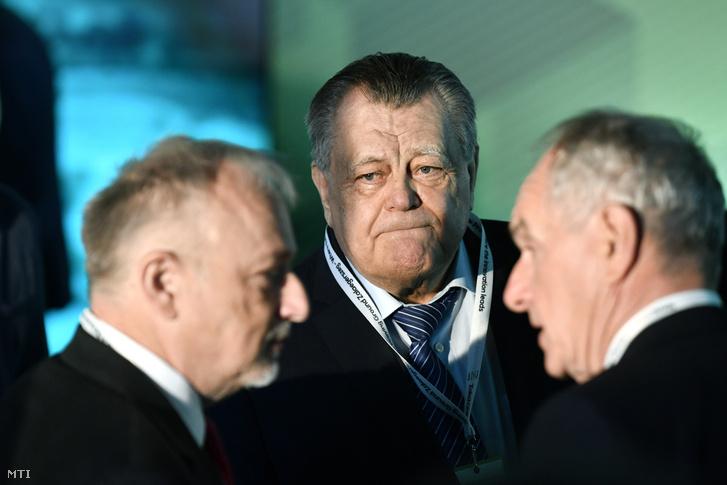 Széles Gábor üzletember (középen), előtérben Hernádi Zsolt, a Mol-csoport elnök vezérigazgatója (balra)