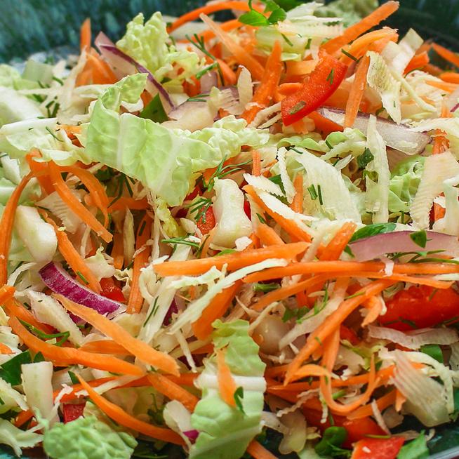 Pikáns kínaikel-saláta sok ropogós zöldséggel – Húsok mellé tökéletes választás