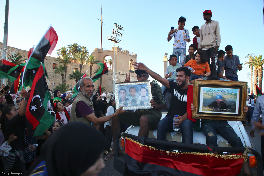 Líbiai emberek ünnepelnek Haftár visszaverése után Tripoliban 2020. június 5-én.