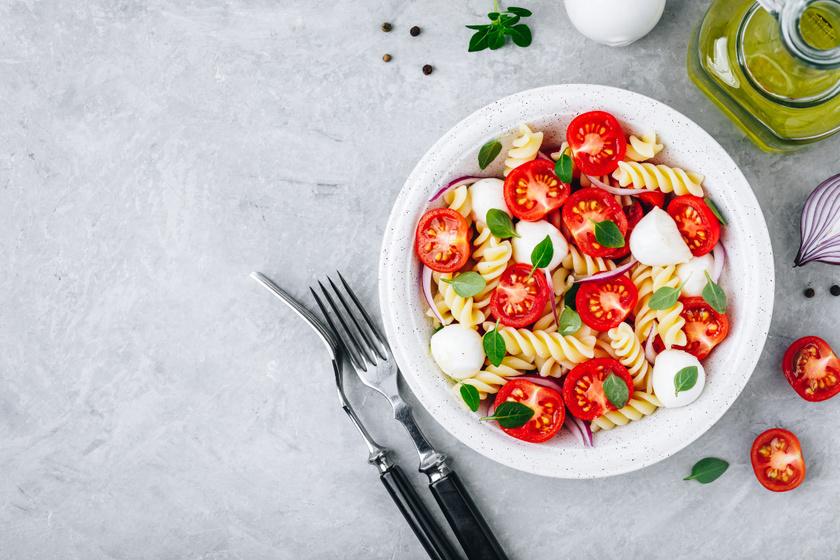 Paradicsomos, mozzarellás tészta: isteni ebéd 20 perc alatt