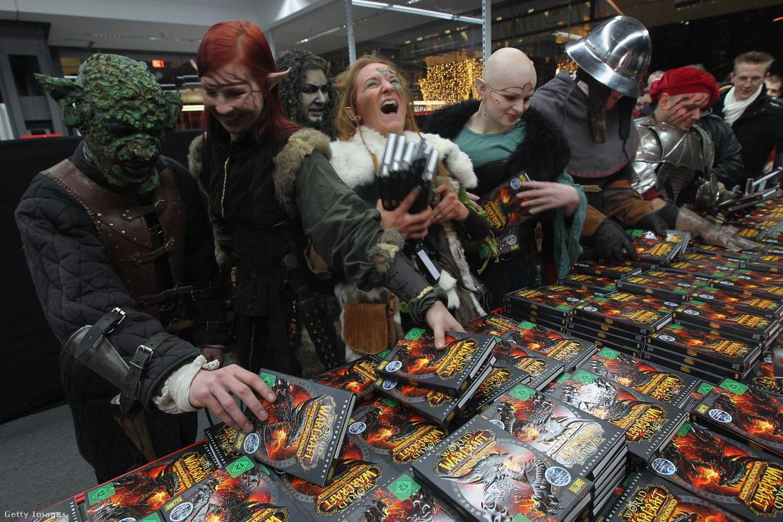 A World of Warcraft videójáték karaktereinek öltözött dolgozók a játék bemutatóján 2010-ben.