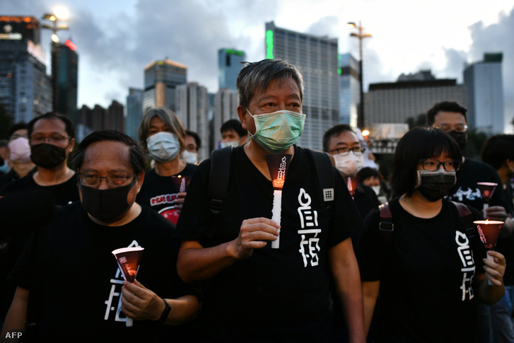 Tüntetők a Viktória parkban Hongkongban 2020. június 4-én, a Tiananmen téri mészárlás megemlékezésén