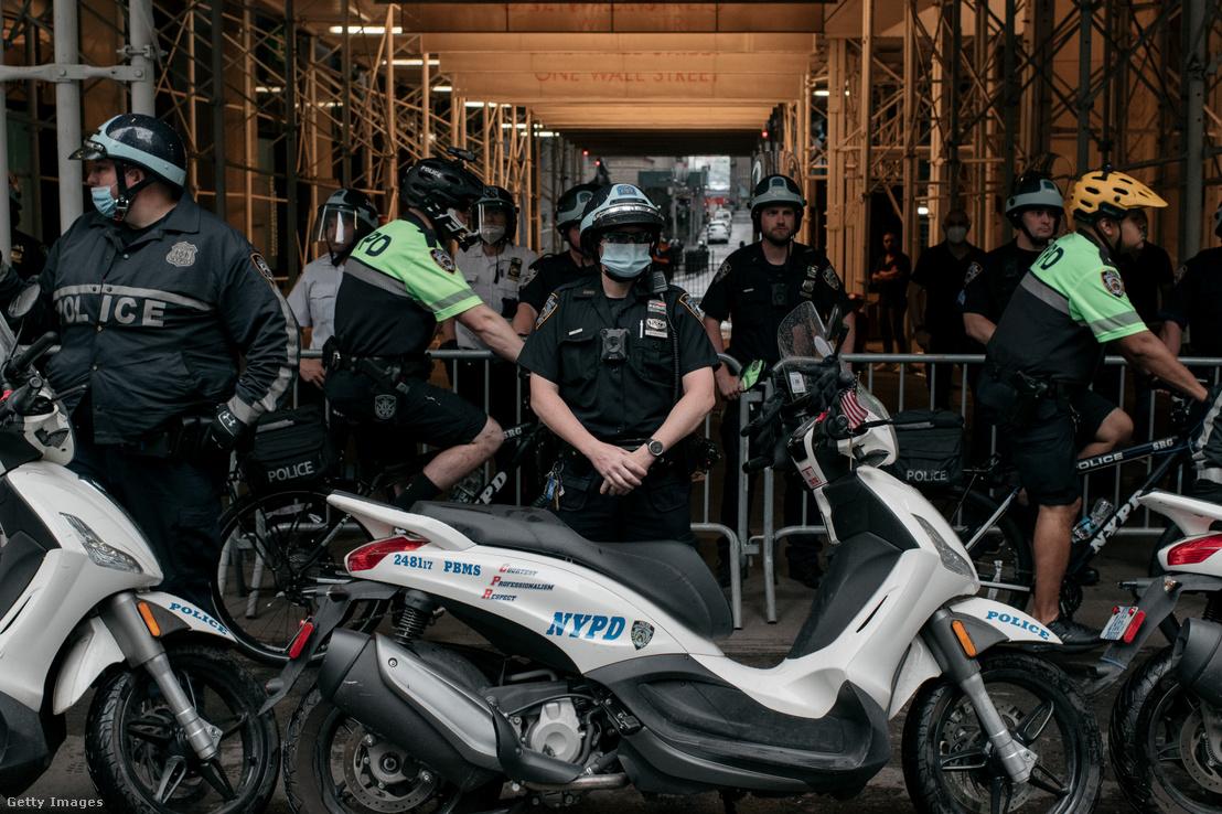 Testkamerás rendőrök New Yorkban a George Floyd halála miatti tüntetésen 2020. június 11-én