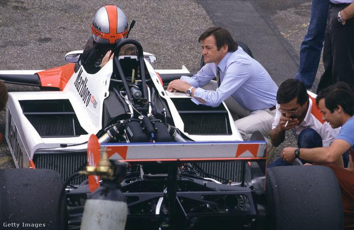 Hans Mezger az 1983-as McLarennek támaszkodva.