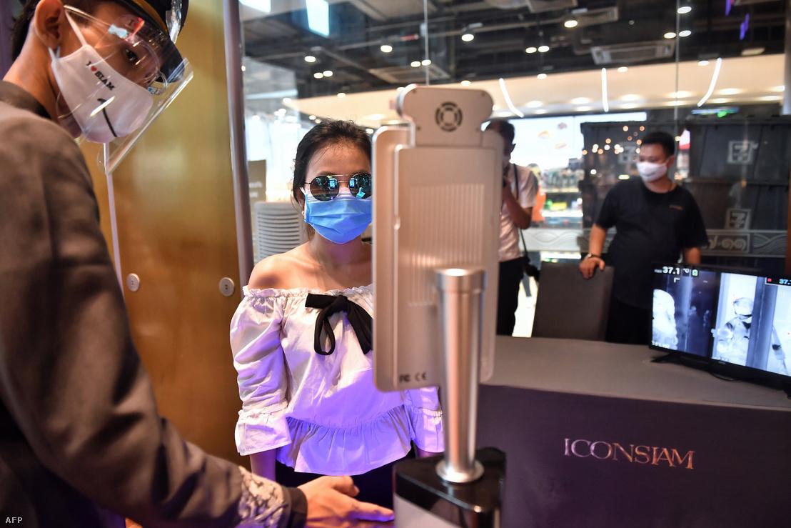 Mindeközben Bangkokban egy luxus bevásárlóközpontba csak arcfelismerés után lehet belépni 2020. május 17-én