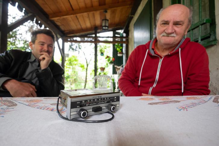 Ilyen Videoton rádiók voltak a Ladákban mindenütt. Rónai Marci és Csepi a háttérben