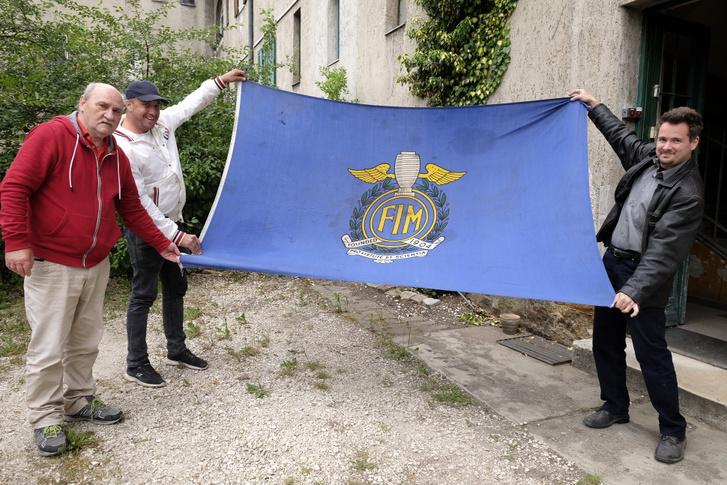A nevezetes FIM-zászló a ferraris útbaigazításról