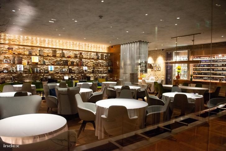A Babel étterem vendégtere