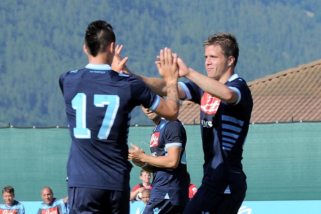 Novothny Soma (jobbra) és Marek Hamšík ünnepel a Napoli harmadik gólja után az US Grosseto elleni mérkőzésen Dimaróban 2012. július 13-án