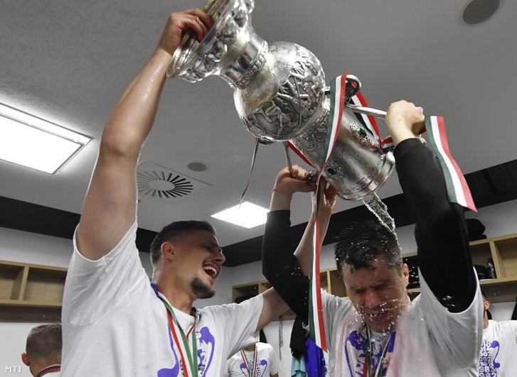 Az Újpest FC játékosai, Banai Dávid (balra) és Novothny Soma ünneplik győzelmüket a labdarúgó Magyar Kupa döntőjében játszott Puskás Akadémia FC – Újpest FC mérkőzés után a Groupama Arénában 2018. május 23-án