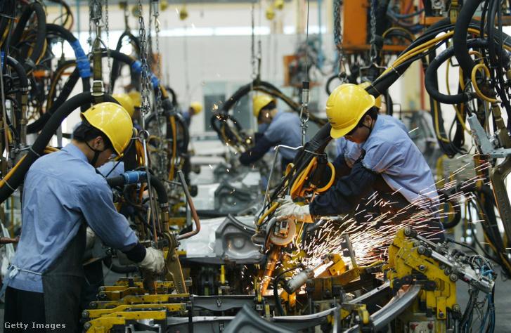 Egy kínai autógyár munkatársai futószalag mellett dolgoznak
