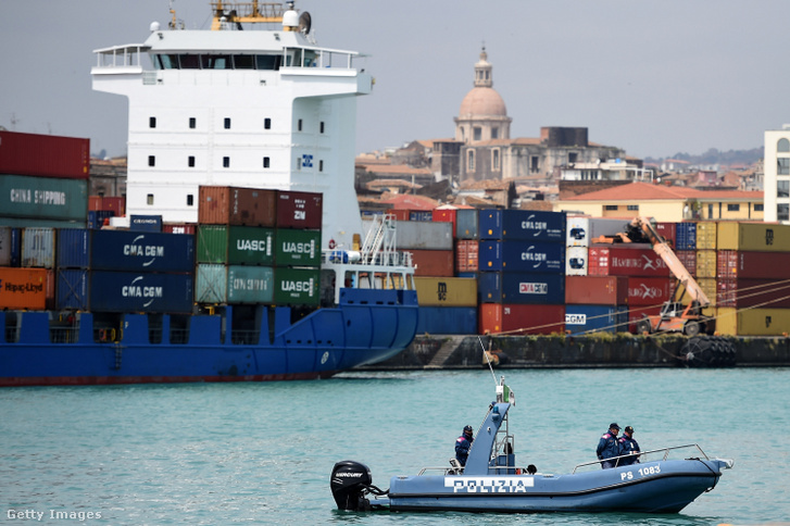 Rendőrségi motorcsónak a cataniai kikötőben 2020. április 20-án.