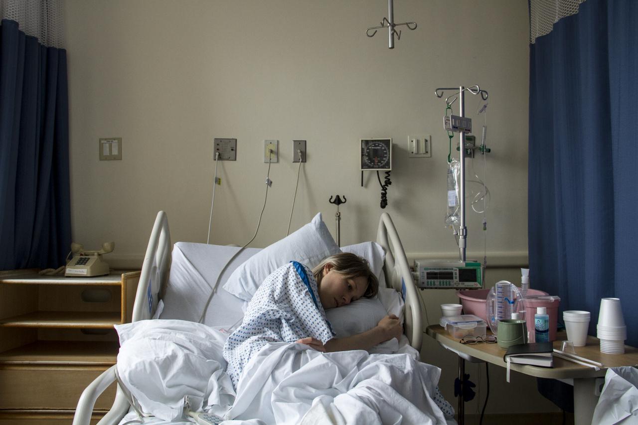 Magyarországon 2018-ban egy időre berobbant a köztudatba az endometriózis egy fiatal nő Facebookon közzétett levele nyomán. Arról írt, hogy 2022-re kapott időpontot az operációjára, addig pedig küzdhet a nehezen elviselhető fájdalmakkal. Az egészségbiztosító reagált, közölték, hogy a hivatalos várólisták szerint itthon az endometriózis műtéteket 2 hónapon belül elvégzik. Hamarosan tisztázódott, hogy ez a rutinesetekre igaz, de azoknak, akiknek a levél írójához hasonlóan bélendometriózisa van, olykor tényleg éveket kell várniuk. A vége az az elhatározás lett, hogy gyorsítani fogja az endometriózis műtéteket az egészségbiztosító. Nem sokkal később egy, az endometriózisban szenvedőknek kedvező jogszabályváltozás is történt a Női Liga közbenjárására. 2019. január 1-től adókedvezményre jogosultak Magyarországon az érintett nők. Súlyosan fogyatékos személyek személyi kedvezménye címén ez havonta valamivel több mint 7 ezer forintot jelent. Erre a pénzre elég nagy szükség van: az endometriózis anyagilag is megterhelő tud lenni, elég a munkaképtelenül töltött napokra, a nagy tételben vásárolt fájdalomcsillapítókra, a költséges magánorvosi vizsgálatokra gondolni.