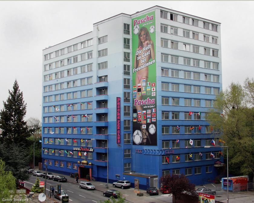 A 12 emeletes, 9000 négyzetméteres épületben 120 prostituált és 80 más jellegű alkalmazott dolgozik, naponta ezer vendéget szolgálnak ki. A kép a 2006-os foci-világbajnokság alatt készült, Szaúd-Arábia és Irán zászlaját kitakarták a plakáton.
