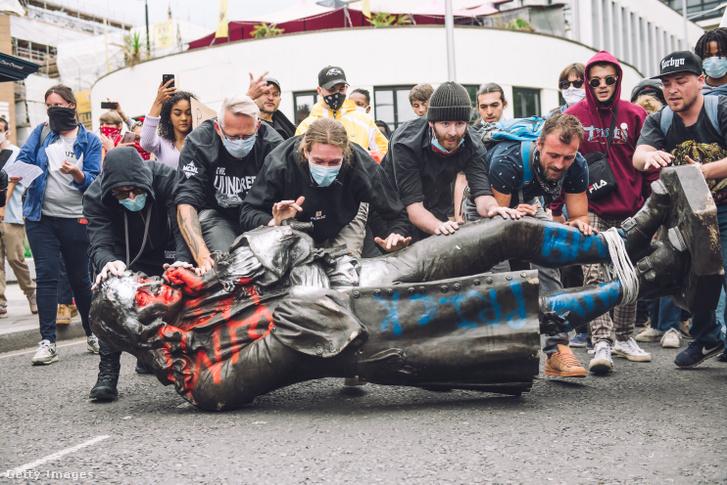 Tüntetők Edward Colston szobrát a tengerbe dobják Bristolban 2020. június 7-én