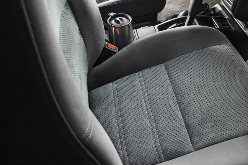 Kiszedi a makacs foltot és a szagot az autókárpitból: házi tisztítókeverék, ami friss illatot is varázsol