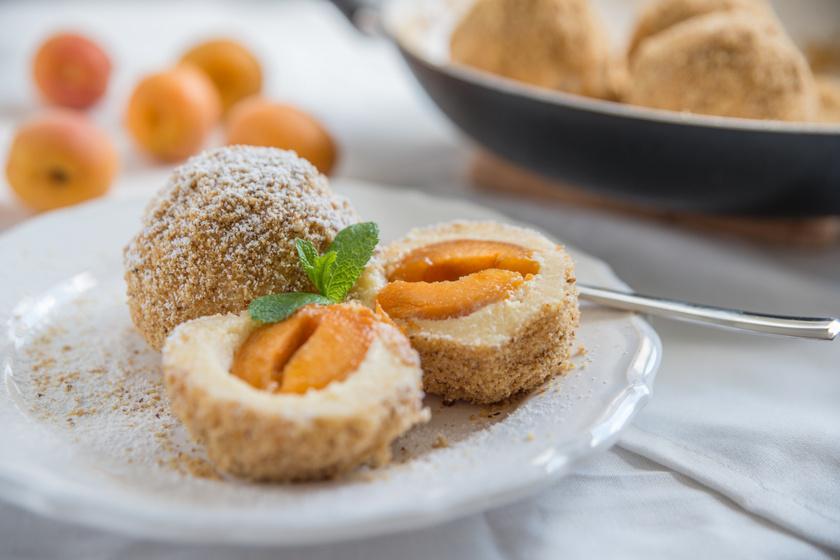 Sárgabarackos gombóc könnyű krumplis tésztából: régi család recept szerint készül