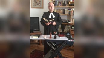 Vasalódeszka-oltárral és petícióval válaszolnak a vasalódeszkás tanár ügyére