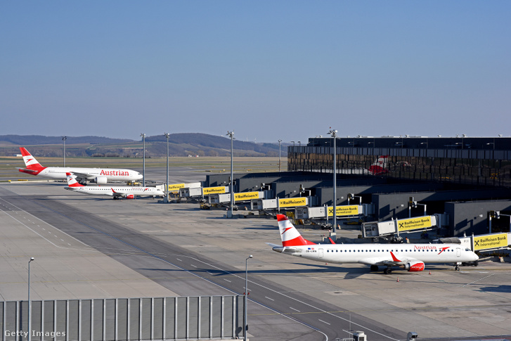 Az Austrian Airlines repülőgépei parkolnak a Bécs–Schwechati nemzetközi repülőtéren 2020. március 18-án.