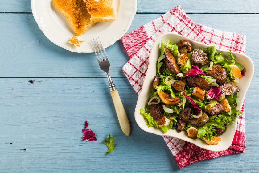 Szaftos, fokhagymás csirkemáj salátával tálalva: szinte szétomlik a szádban