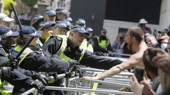 Egyre nő a feszültség az antirasszista és a jobboldali tüntetőcsoportok között