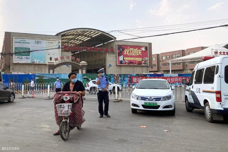 A pekingi hatóságok lezárták a Hszinfadi nagybani piacot