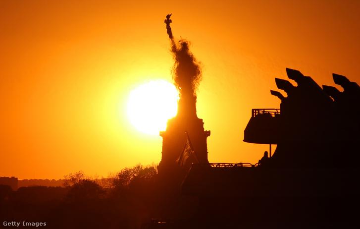 Forróság okozta légköri jelenség homályosítja el a Szabadság-szobrot New Yorkban 2020. május 31-én