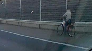 Valaki felhajtott az M5-ös autópályára kerékpárral, majd nekiindult bringával a leállósávban