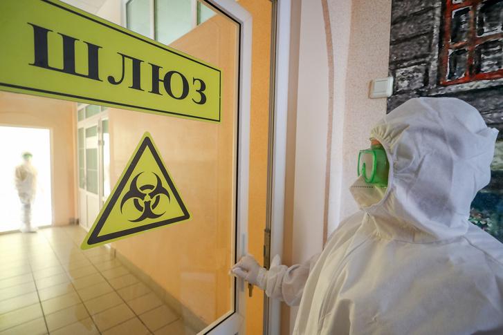 Egészségügyi dolgozó az orosz Szövetségi Orvosbiológiai Ügynökég (FMBA) vörös zónájában