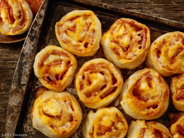 Ha a kedvenc tejmentes, húsmentes feltéteinket használjuk, a receptből vegán pizzás csigát is készíthetünk.