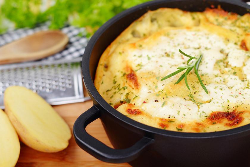 Nagyon sajtos burgonyatorta rétegezve, a sok sajt mellett tejszín és sonka gazdagítja a tepsiben készült finomságot.
