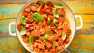 Készítsd el ezt a melegen és hidegen is tálalható salátát kolbászból és csicseriborsóból