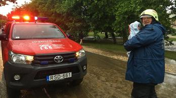 Víz árasztott el egy házat Gyúrón, kisbabát mentettek az önkéntesek