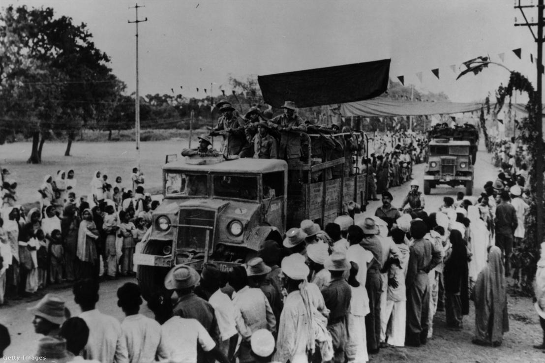 Indiai katonák mennek teherautókon Ladakh régióba az India és Kína közötti határ menti összecsapásokra 1962. novemberében