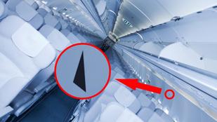 Mit jelöl az a fekete háromszög a repülő utasterében?