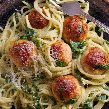 Gyors tepsis tészta spenóttal és húsgolyóval – Kiadós ebéd vagy vacsora is lehet