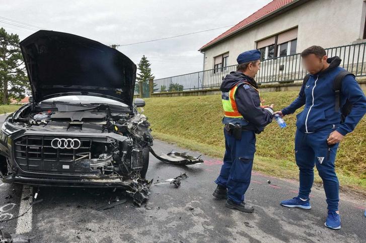Az összetört Audi a baleset helyszínén