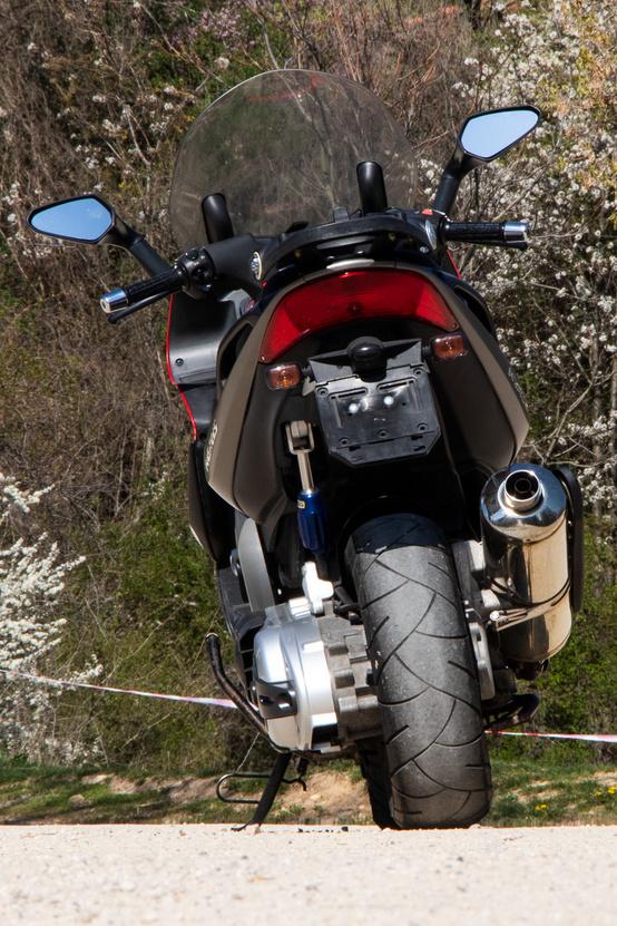 A 160-as hátsó gumit régebbi sportmotorok is megirigyelnék.