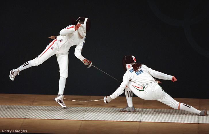 Nagy Tímea és a francia Laura Flessel-Colovic küzdelme a női egyéni párbajtőr verseny elődöntőjében a XXVII. nyári olimpián.